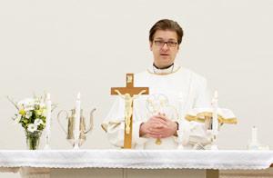 Pastori Petri Hiltunen Pauluksen seurakunnan alttarilla