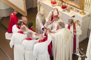 vihittävien siunaaminen pappisvihkimyksessä Turussa
