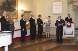 piispa Soramies jakaa pappeuskirjat vastavihityille pastoreille Turussa