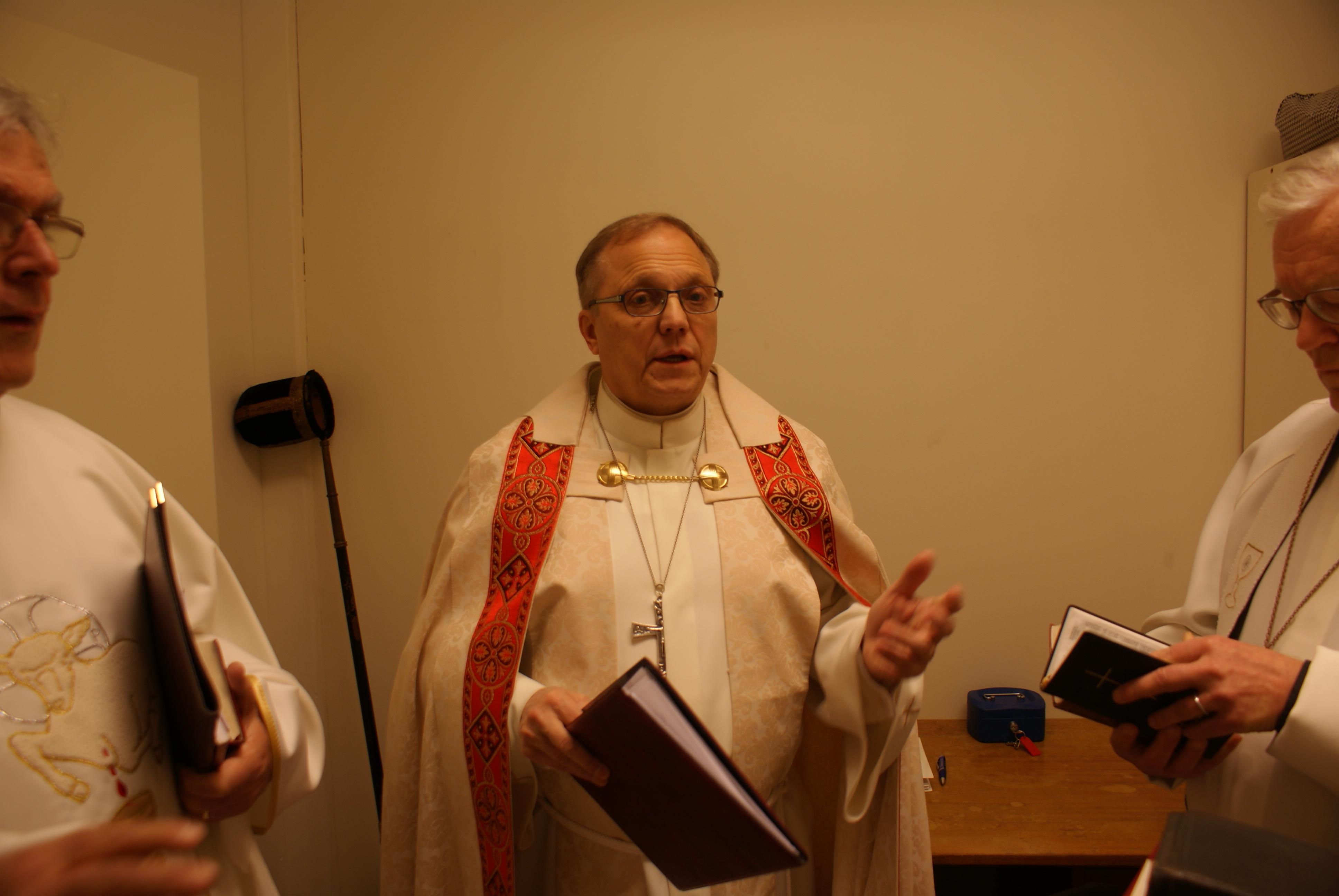Piispa Risto Soramies valmistautuu messuun