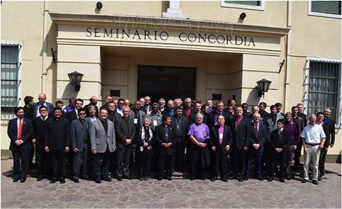 ILC:n kokouksessa mukana olleet argentiinalaisen pappisseminaarin edessä. Seminaari palvelee latinalaisen Amerikan luterilaisia kirkkoja, jotka lähettävät pappiskandidaatteja neljäksi vuodeksi syventymään Jumalan sanaan ja teologiaan voidakseen palvella omissa kirkoissaan pastoreina.
