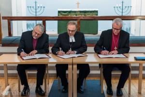 Biskop Thor Henrik With (Det evangelisk-lutherske stift i Norge), biskop Risto Soramies (Missionsstiftet) och biskop Roland Gustafsson (Missionsprovinsen i Sverige) undertecknar avtalet