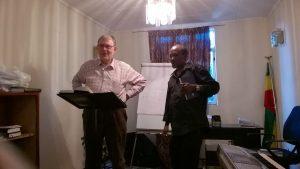 Anssi Simojoki opettamassa katekismusta tulkin avulla