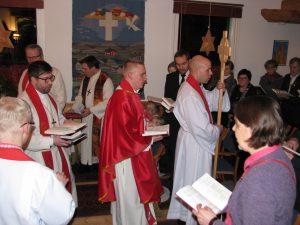 Jeesuksen risti viitoittaa papin tien