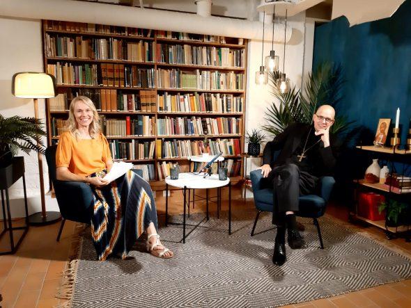 Kesäjuhlan juontaja Ida Heikkilä jaDekaani Juhana Pohjola henkäisevät hetken ennen seuraavaa suoraa lähetystä