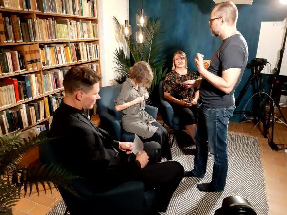 Keskusteluohjelma on alkamassa. Pastori Eero Pihlava ja toimittaja Virpi Kurvinen ovat jo valmiina, tuottaja Miisa Latikka asentaa vielä mikrofonia