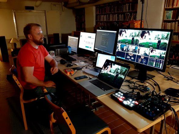 Sami Niemi seuraamassa Youtube-lähetyksen toimivuutta ja äänentasoja. Hieman pidempi aiemmin tallennettu ohjelma mahdollisti lyhyen tauon Matti Reinikalle